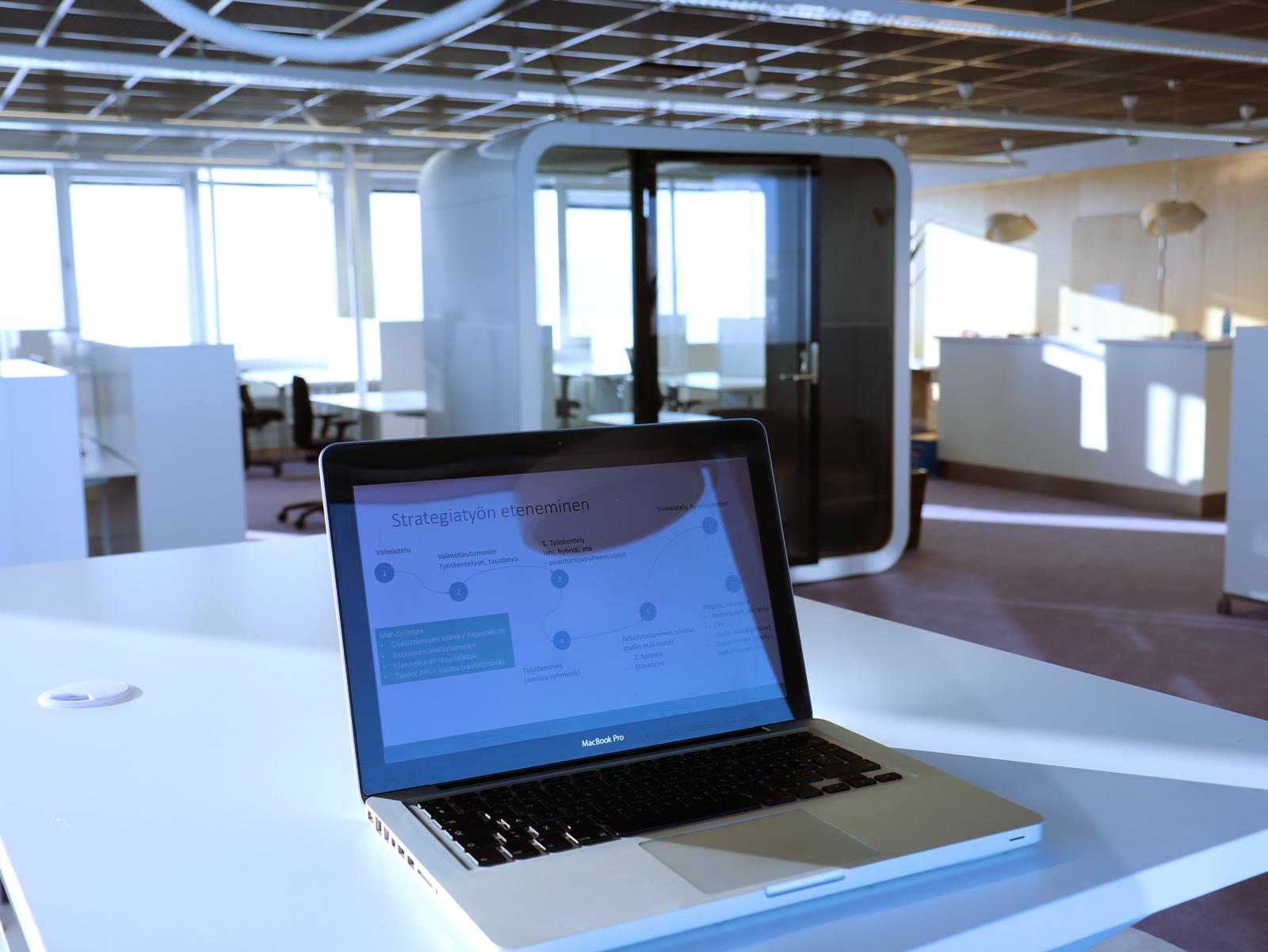 Asuntamo kannettava toimistossa pöydällä